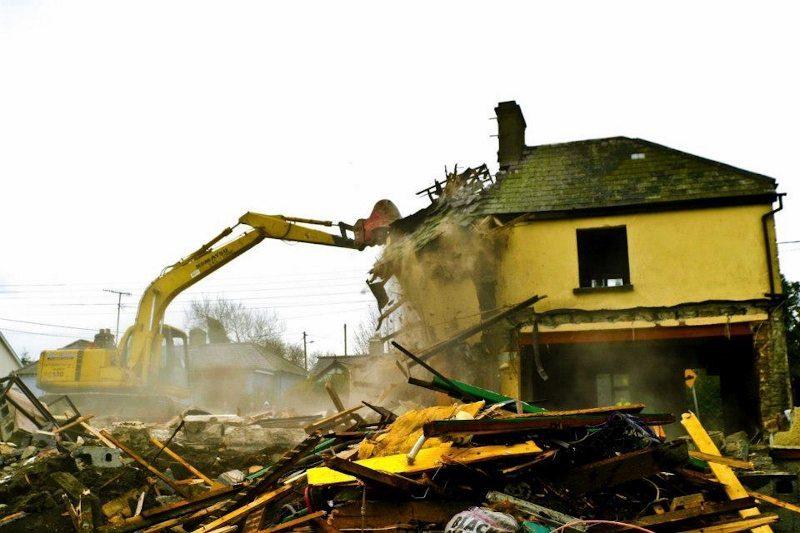 Demolition of Lee's Pub 2004